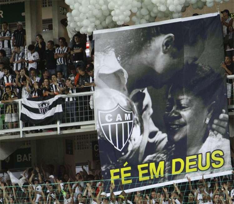 Homenagem da Torcida do Atlético para a mãe do Ronaldinho, Dona Miguelita