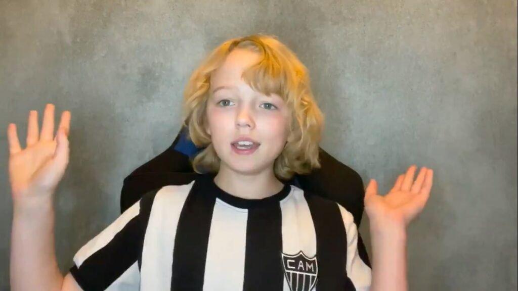 Espora 13 - Atlético - Galo - Atlético-MG - Christian Convery, o menino-cervo da serie Sweet Tooth, aparece em vídeo da Netflix com a camisa do Galo